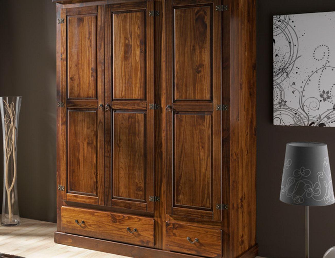 Dormitorio de matrimonio con cabecero forja en madera de for Muebles de pino macizo