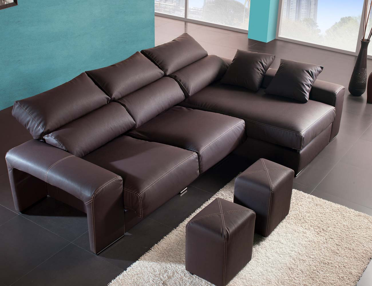 Sofa chaiselongue moderno polipiel chocolate poufs taburetes2